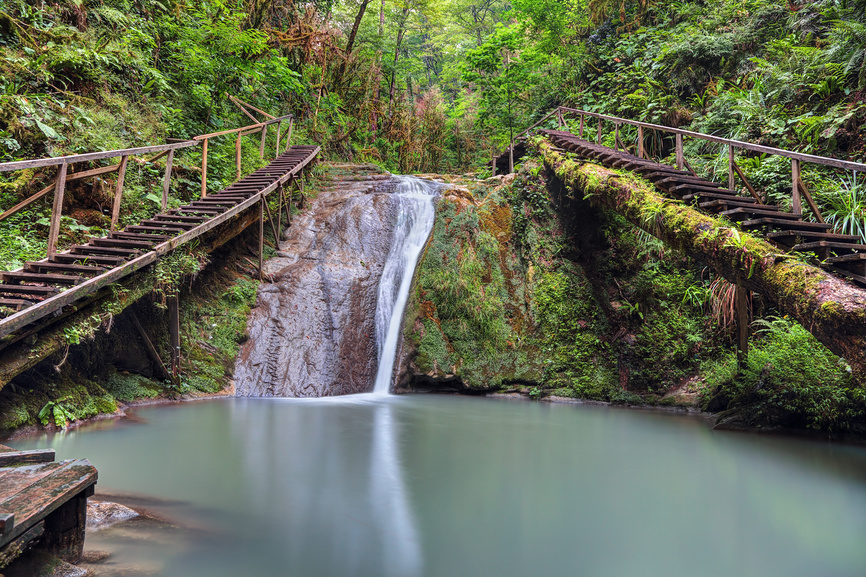 Один из 33 водопадов