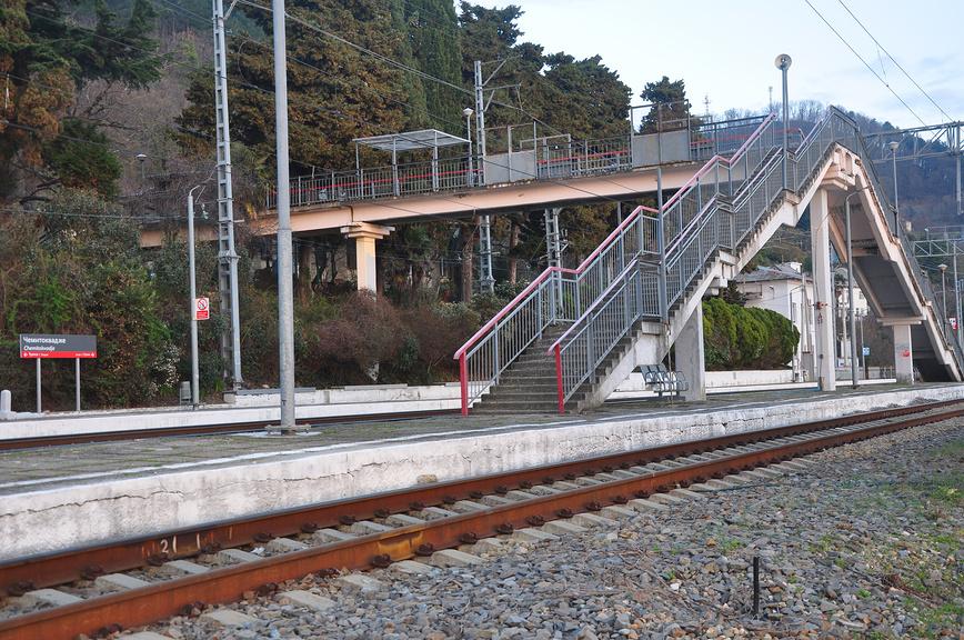 Пешеходный мост через ж/д пути на ст. Чемитоквадже
