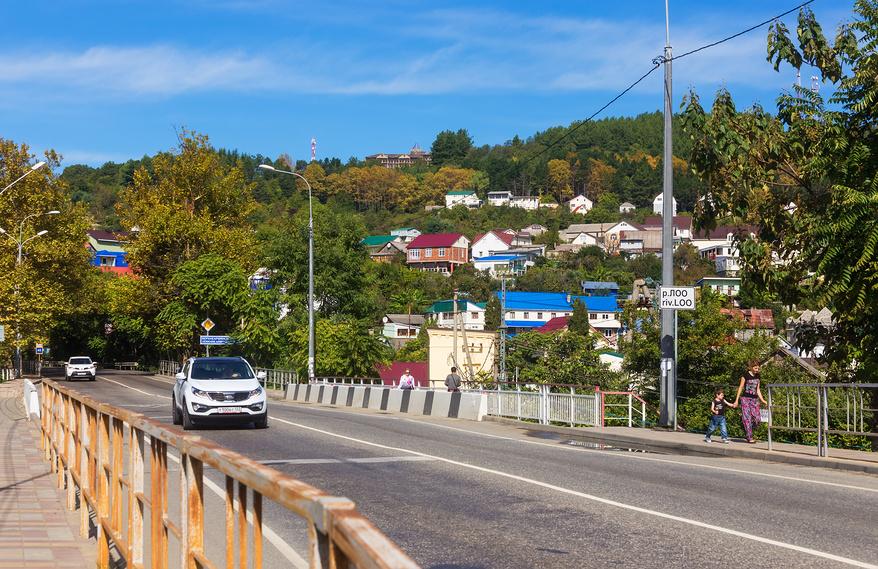 Мост через реку Лоо с видом на поселок