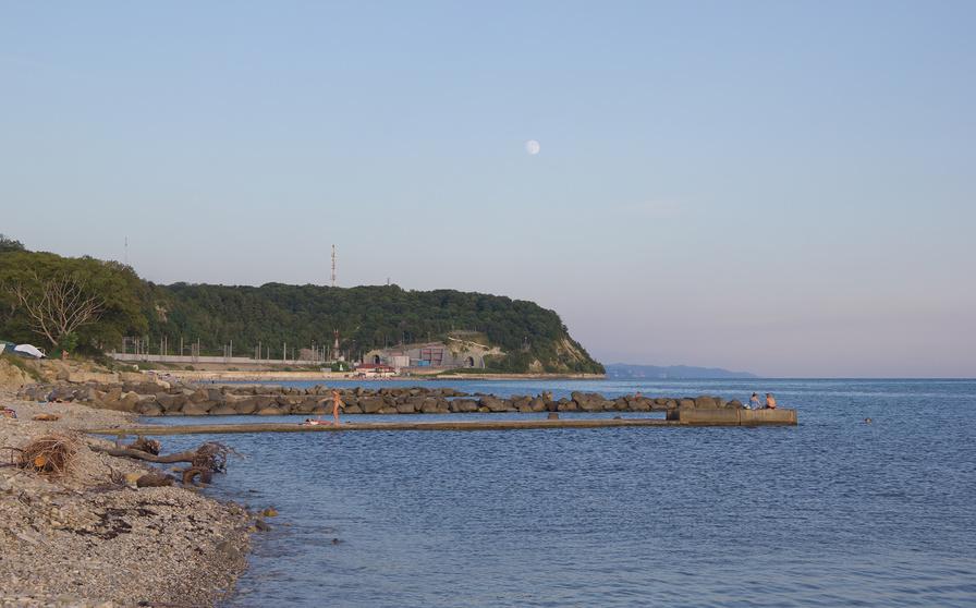 Берег моря в лучах заходящего солнца в окрестноснях п. Магри