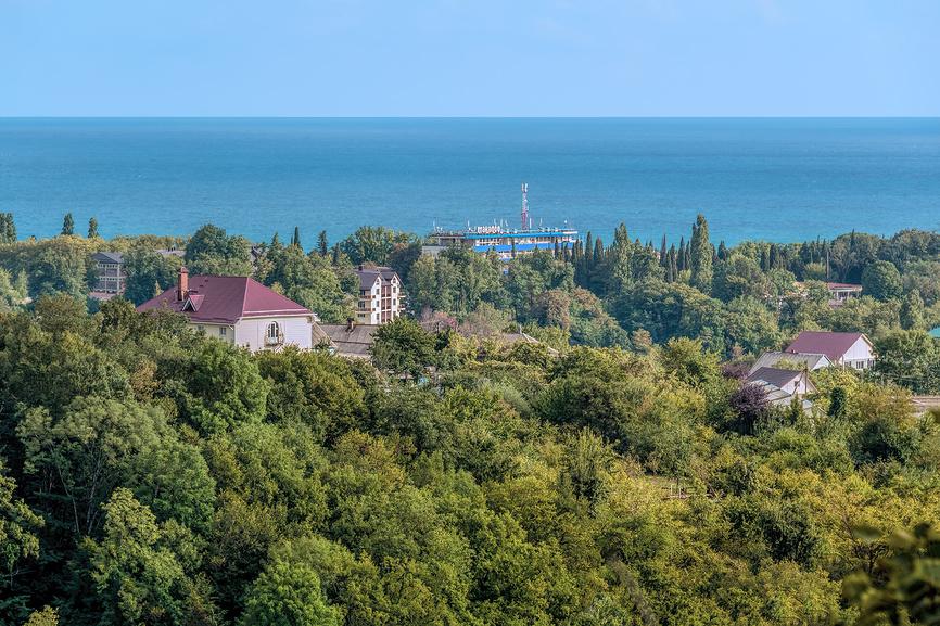 Вид на курортный поселок Макопсе и море