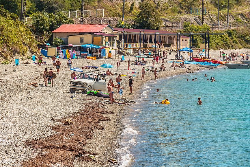 Галечный пляж в курортном поселке Вишневка