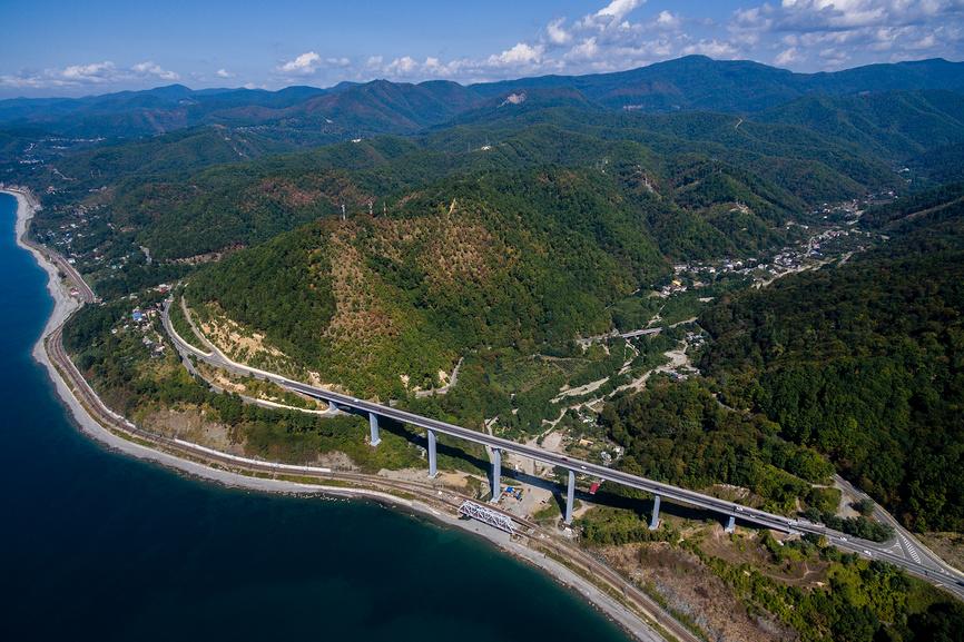 Вид сверху на мост и поселок Зубова Щель
