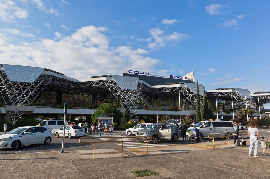 Люди разъезжаются на такси от аэропорта Сочи