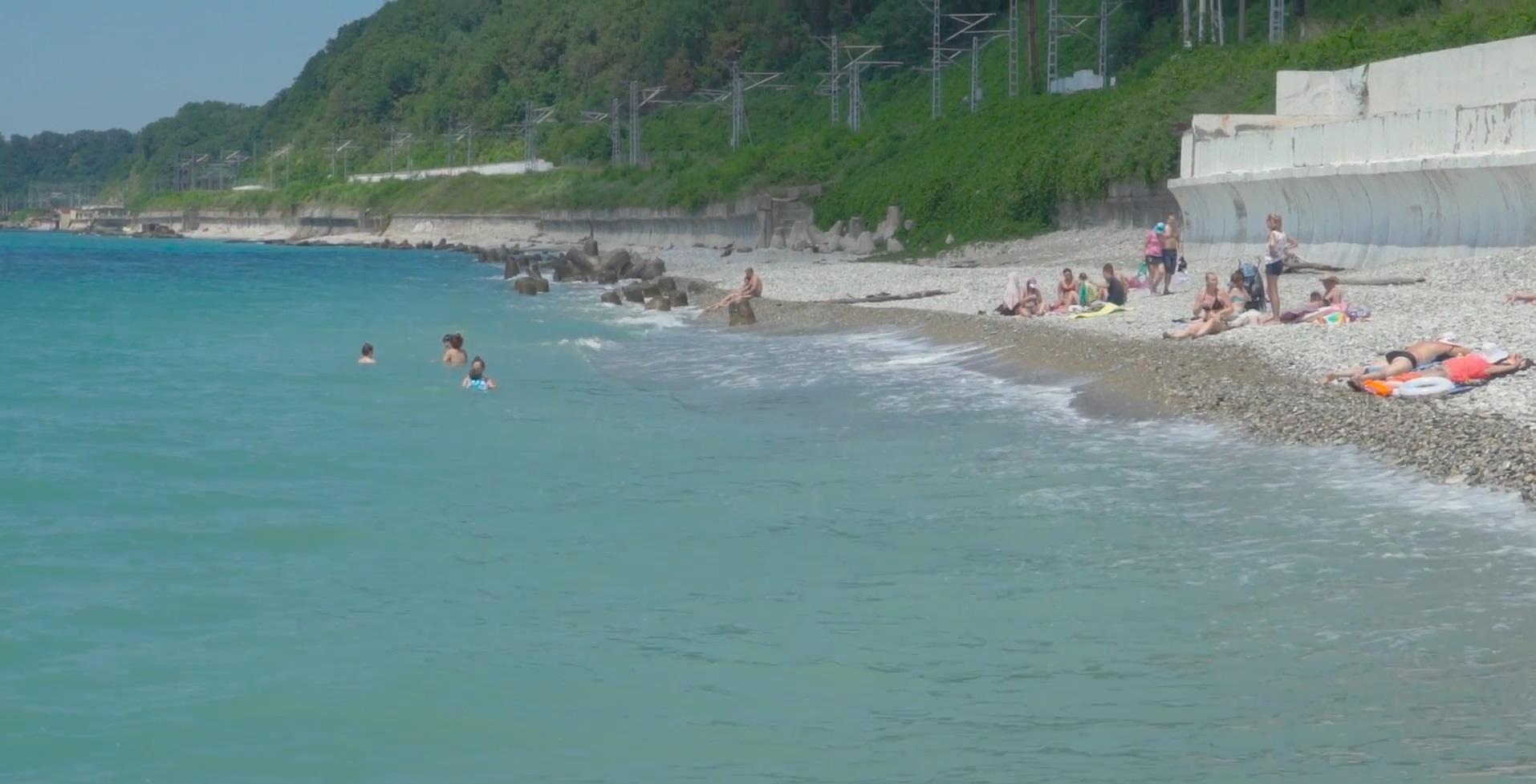 Отдыхающие на пляже