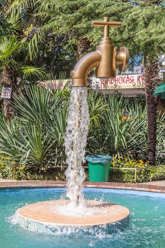 Необычный фонтан в виде водопроводного крана