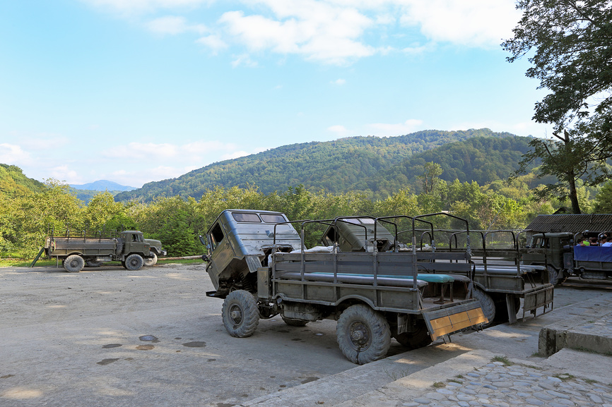 Автомобили ГАЗ-66 в ожидании туристов