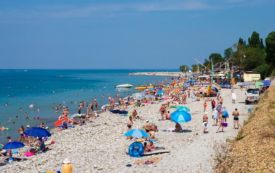 Центральный пляж в поселке Аше в солнечный день