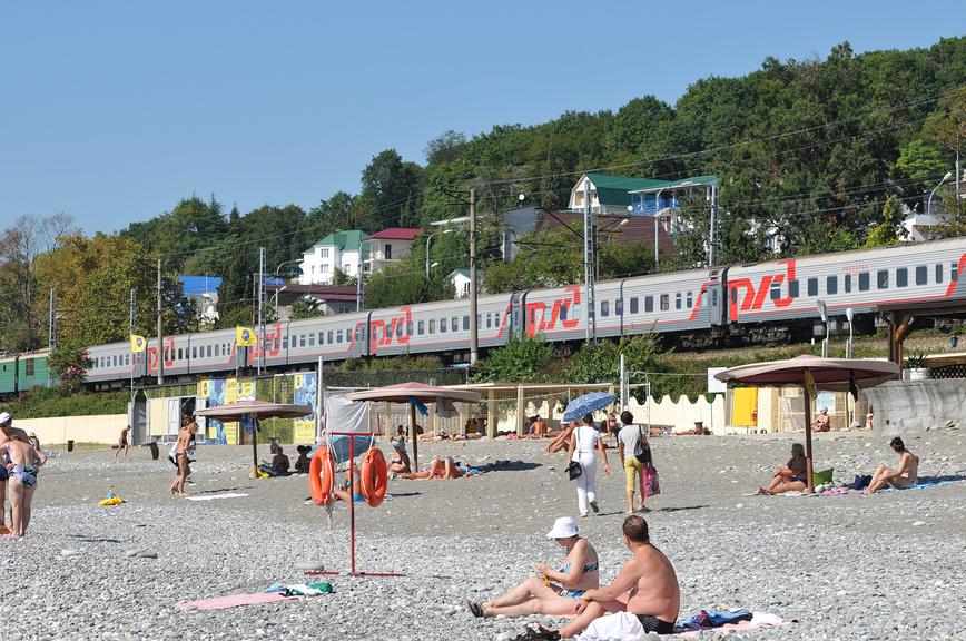Пляж в Лоо (на фоне проходящего поезда)