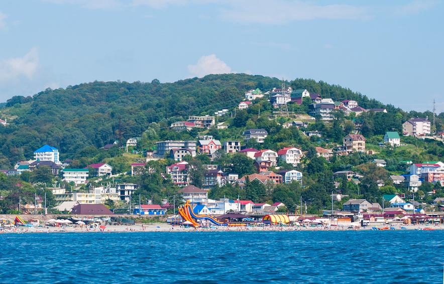 Вид на курортный поселок Лоо с моря