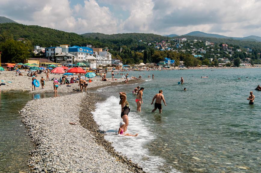 Пляж в устье реки Псезуапсе в Лазаревском
