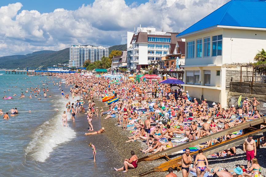 Центральный пляж поселка Лазаревское в пик сезона
