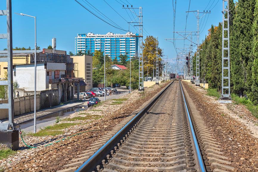 Железная дорога, проходящая в поселке Лазаревское