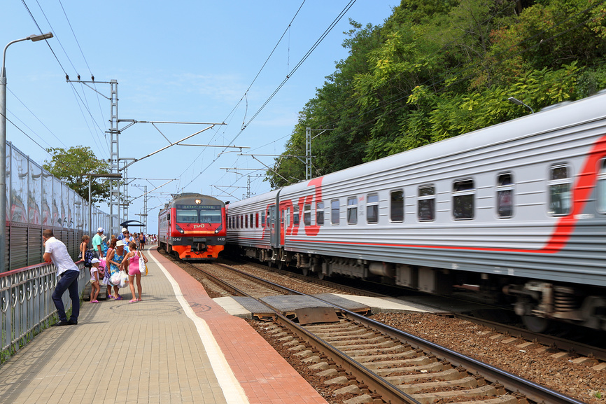 Электропоезд прибывает на платформу Вардане